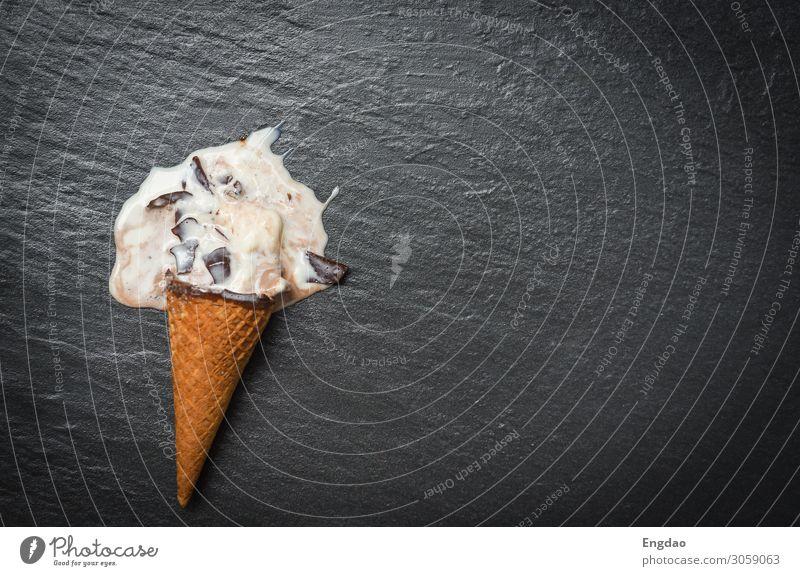 Eiscreme Kegel Schmelzkugeln Vanille mit Schokoladen-Tropfen Dessert Speiseeis Sommer Coolness lecker braun grün rosa weiß Sahne Zapfen Hintergrund süß Waffel