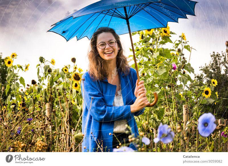 Mit Regenschirm feminin Junge Frau Jugendliche 1 Mensch Pflanze Wassertropfen Himmel Wolken Sommer schlechtes Wetter Blume Blatt Blüte Malvengewächse
