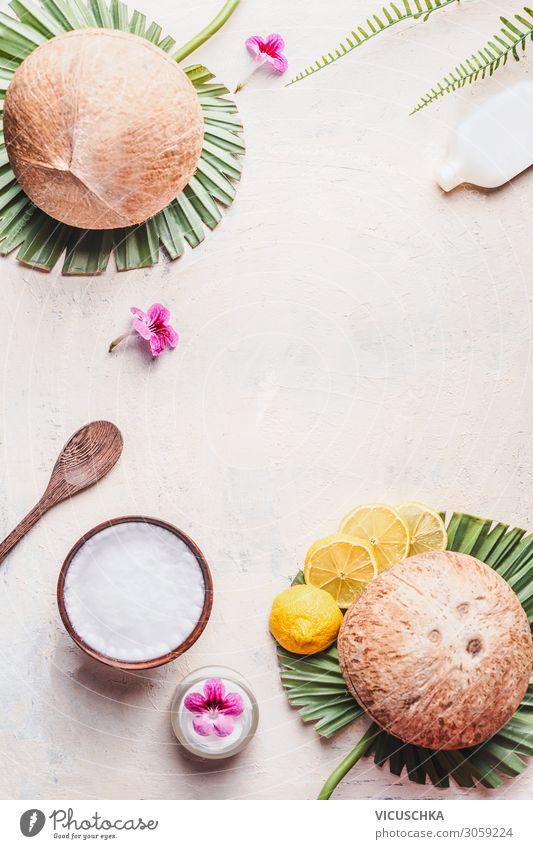 Kokosöl in Holzschale mit Löffel und Feuchtigkeitscreme Lifestyle Design schön Körperpflege Kosmetik Gesundheit Wellness Spa Massage trendy Hintergrundbild