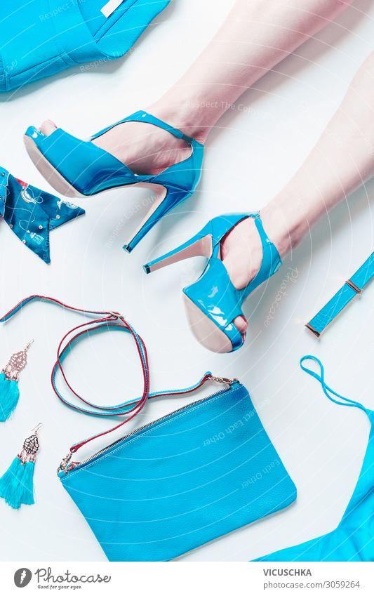 Frauenbeine mi High Heels und türkis Accessoires kaufen elegant Design schön Mensch Erwachsene Beine Fuß Mode Bekleidung Ohrringe Tasche Damenschuhe trendy