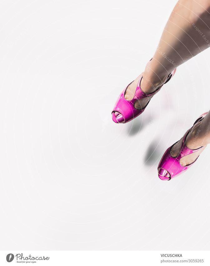 Frauenbeine in rosa High Heels Lifestyle Design Erwachsene Beine Fuß Mode Schuhe Damenschuhe schön female legs Hintergrundbild Glamour Farbfoto Studioaufnahme