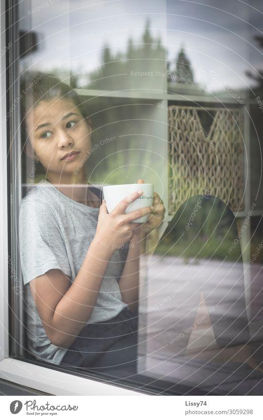 Fensterblick Heißgetränk Tee Tasse Erholung Häusliches Leben Wohnzimmer Terrasse trinken Mensch feminin Mädchen Jugendliche 1 8-13 Jahre Kind Kindheit
