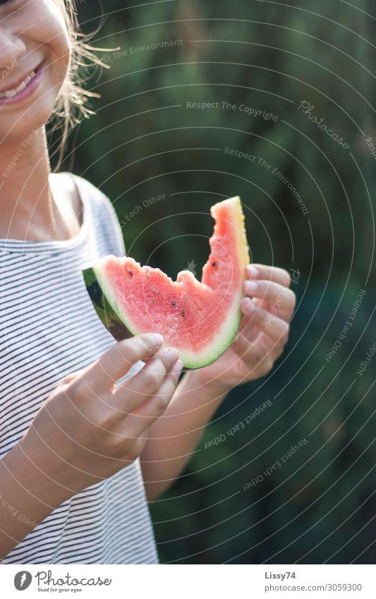 summertime Lebensmittel Frucht Melonen Ernährung Essen Gesundheit Kindererziehung Mensch Mädchen Hand 1 8-13 Jahre Kindheit genießen Lächeln lachen frech