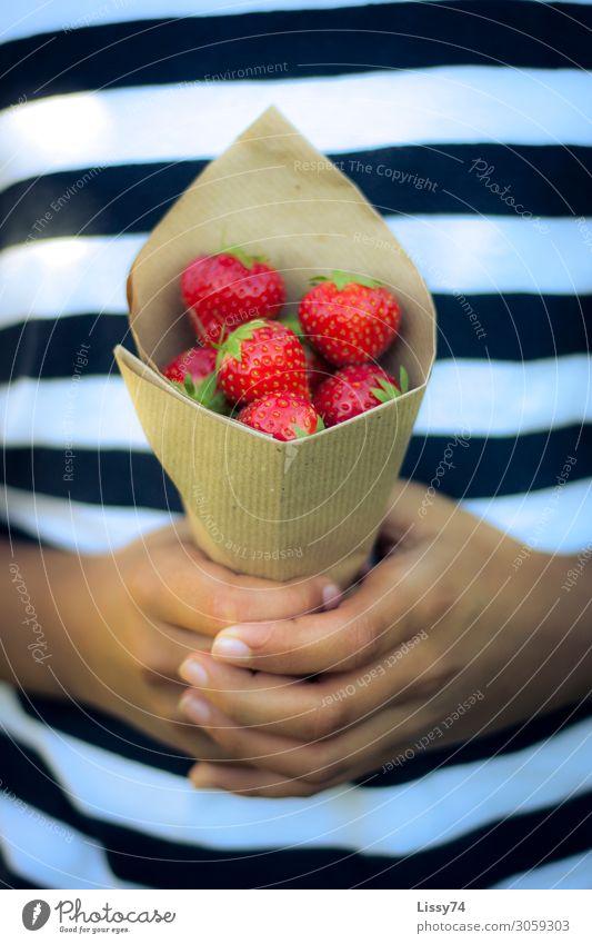 Erdbeeren aus Oma´s Garten Frucht Ernährung Gesundheit Sommer Kind Schüler Mädchen Kindheit Hand 1 Mensch 8-13 Jahre süß rot Freude Farbfoto mehrfarbig
