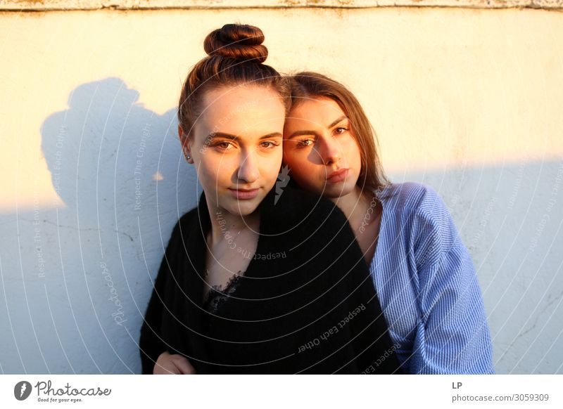 Duo bei Sonnenaufgang Lifestyle elegant Stil schön Haare & Frisuren harmonisch Zufriedenheit Sinnesorgane ruhig Mensch feminin Junge Frau Jugendliche Erwachsene