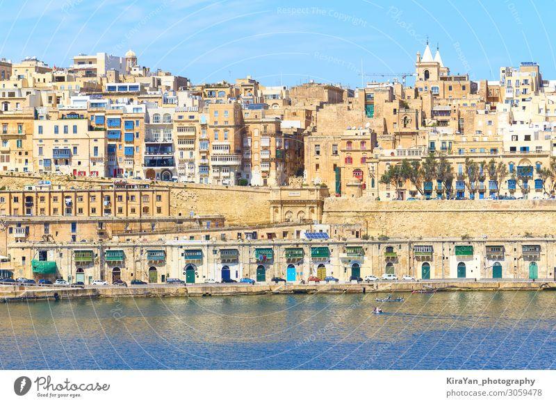 Gesamtansicht des alten Hafengebiets von Valletta mit dem Victoria-Tor von der Wasserstelle aus Malta Valetta valletta Grand Harbour antik Architektur blau Boot