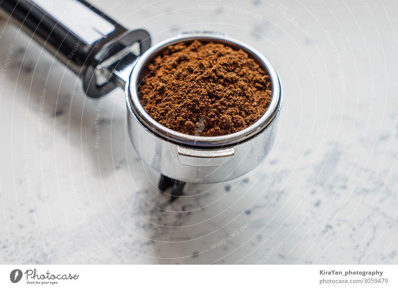 Nahaufnahme eines Siebträgers mit gemahlenem Kaffee für Kaffeemaschinen-Barista Vorrichtung Aroma Hintergrund Bohnen Getränk schwarz Frühstück braun Café