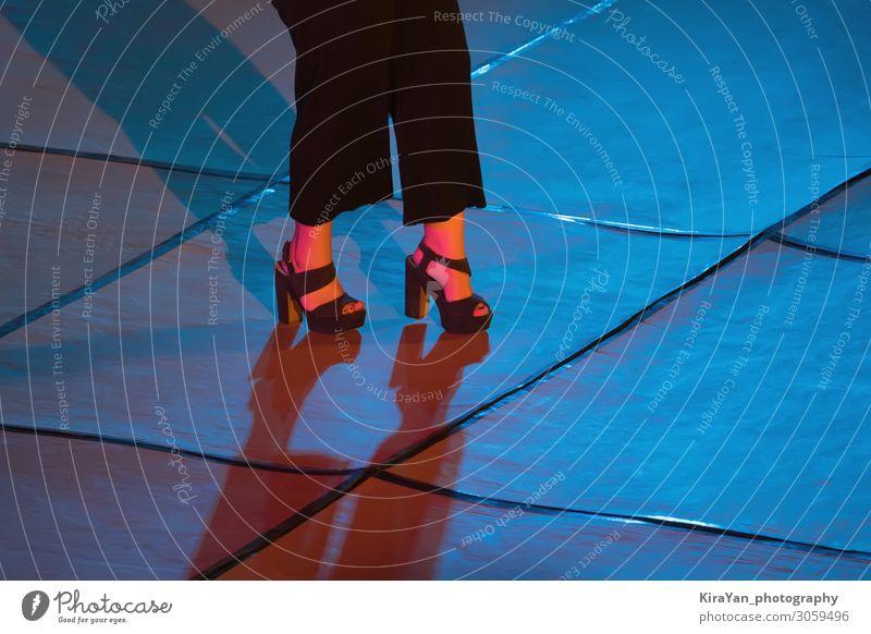 Frauenbeine in High Heels auf der Bühne im Neon-Scheinwerferlicht schön Körper Nachtleben Entertainment Party Musik Club Disco Tanzen feminin Erwachsene Beine
