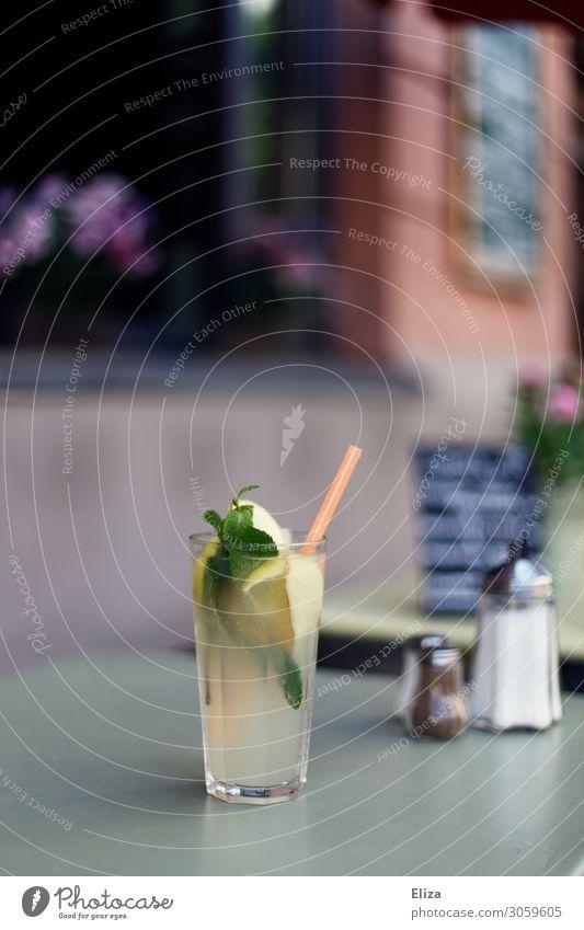 Lecker Limonade Erfrischungsgetränk Minze selbstgemacht Halm Café Bar Gastronomie Tisch Restaurant Außenbereich Terasse Außenaufnahme lecker Zitronenlimonade