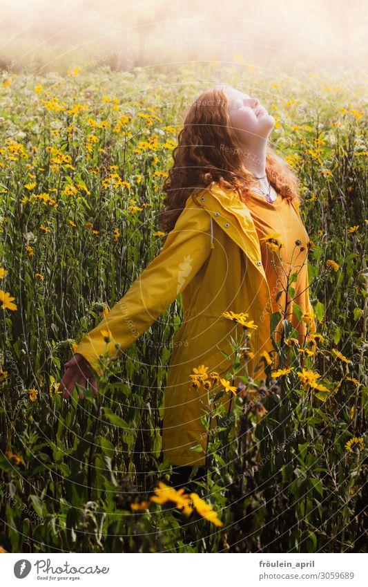 Sonnenkind Sommer feminin Junge Frau Jugendliche 1 Mensch 18-30 Jahre Erwachsene rothaarig gelb Hochformat Sonnenblume Farbfoto Außenaufnahme Textfreiraum oben