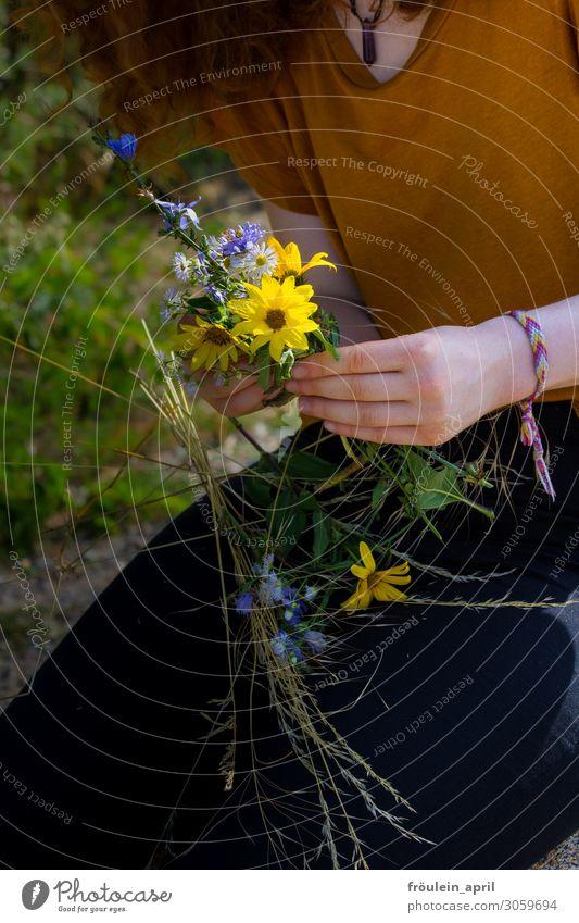 Blumengeschenk Natur Sommer schön Hand gelb Blumenstrauß Sonnenblume Nutzpflanze Hochformat