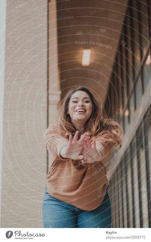 Frau Mensch Jugendliche Junge Frau Stadt Hand Winter Fenster 18-30 Jahre Erwachsene Leben Herbst Umwelt feminin Familie & Verwandtschaft lachen