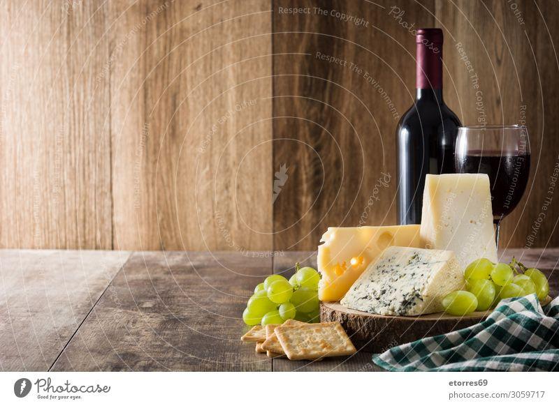 Sortiment an Käse und Wein auf Holztisch. Lebensmittel Gesunde Ernährung Foodfotografie Getränk Alkohol Flasche Französisch Feinschmecker Blauschimmelkäse blau
