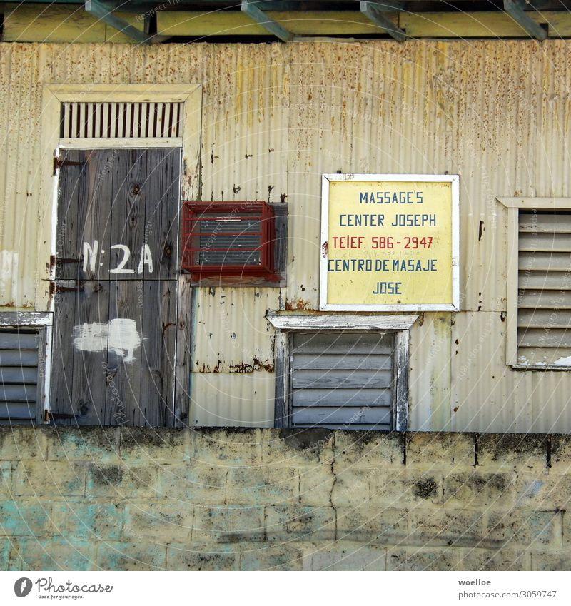 Einmal Wellness bitte Gesundheit Behandlung Spa Massage Hütte Bretterverschlag Mauer Wand Fassade Tür Holz Schilder & Markierungen alt Armut außergewöhnlich