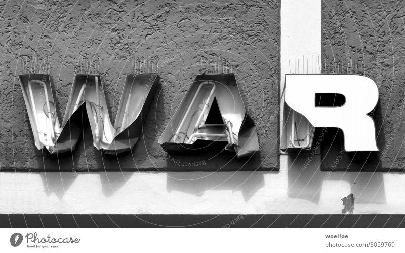 Krieg oder Vergangenheit? Mauer Wand Fassade Leuchtreklame Beton Glas Metall Schriftzeichen Schilder & Markierungen Wort Wortspiel kaputt Buchstaben