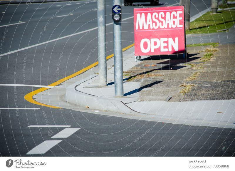 roadside massage in Australia Stil Massage Ferne Gesundheitswesen Ampel Schönes Wetter Queensland Straßenkreuzung Fahrbahnmarkierung Straßenrand Bürgersteig