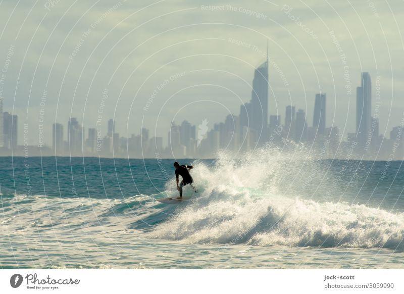 Sky & Surfer Ferne Freiheit Wassersport Surfen Schönes Wetter Wärme Meer Pazifik Skyline Neoprenanzug Wellen Wellenkamm Sport modern sportlich Stimmung Kraft