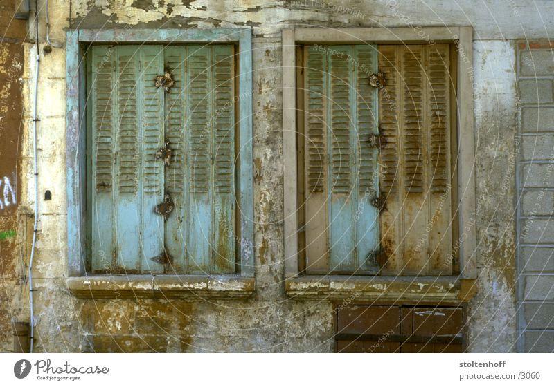 urlaub in der bretagne - teil 3 Frankreich Fenster desolat Verfall geschlossen Putz Farbe