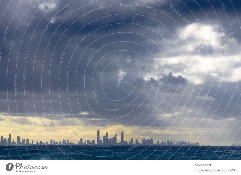 Gloria mit Skyline Ferne Gewitterwolken Horizont Pazifik Queensland Stadt fantastisch modern positiv Stimmung Romantik Image Inspiration Lichtstreifen