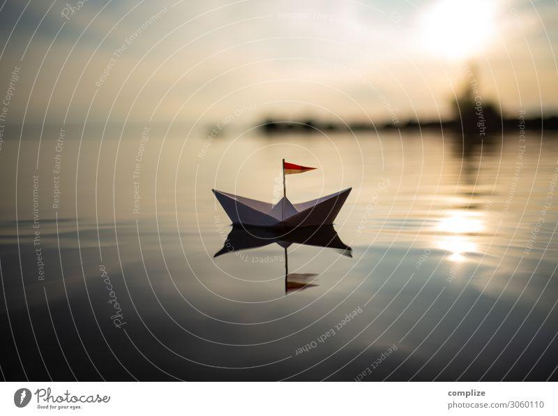 Ruhiges Fahrwasser . Papierboot auf einem See Papierschiff Reise ruhe... wellness entspannung urlaub friedlich see strand hafen +segelboot segeln lebensweg