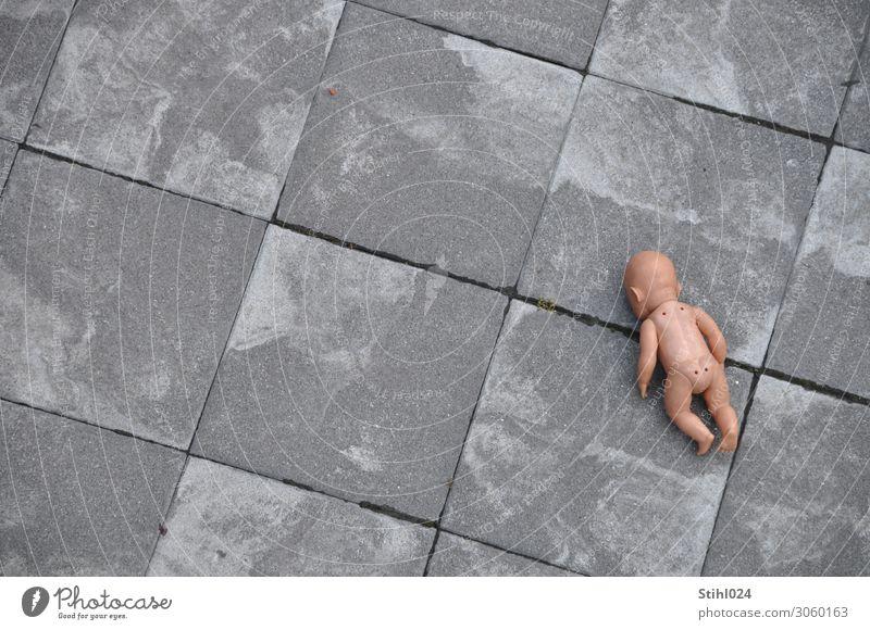 verloren Terrasse Baby 1 Mensch 0-12 Monate liegen kalt nackt grau Traurigkeit Trauer Sehnsucht Heimweh Verzweiflung verstört Einsamkeit Vergänglichkeit