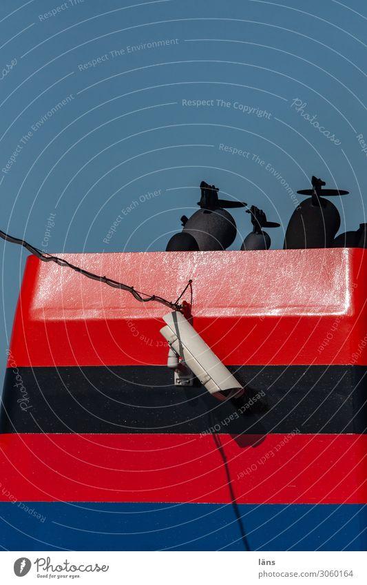 Schornstein Videokamera Schifffahrt Bootsfahrt Passagierschiff Wasserfahrzeug blau rot Überwachung Abgas gestreift Farbfoto Außenaufnahme Menschenleer