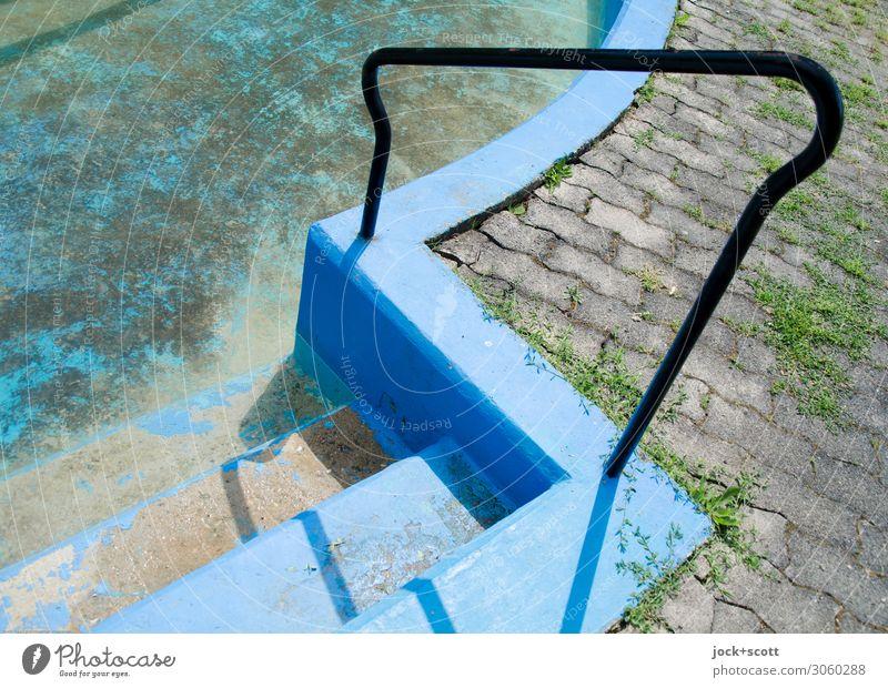 Handlauf zum verlassenen Schwimmbecken lost places Neukölln Schwimmbad Treppe Treppengeländer Pflastersteine Beton geschwungen dreckig fest trocken unten blau