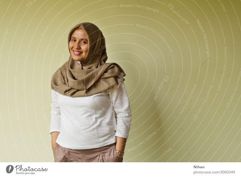 Frau Mensch schön weiß Erwachsene Religion & Glaube feminin Stil Lächeln stehen Fröhlichkeit Freundlichkeit Tradition Gelassenheit Hemd Stolz