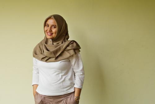 Lächelndes Hijaber Mensch feminin Frau Erwachsene 1 30-45 Jahre Hemd Armbanduhr stehen Freundlichkeit Fröhlichkeit schön weiß Menschlichkeit Gelassenheit
