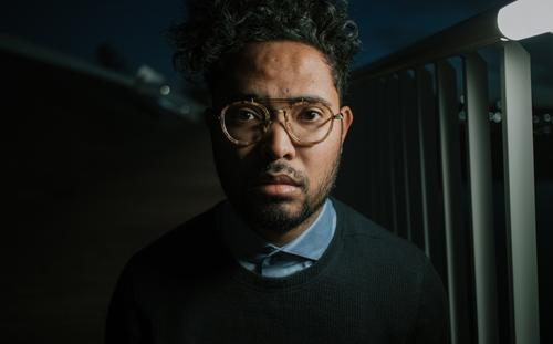 Dunkles Porträt bei Nacht mit künstlicher Straßenbeleuchtung Mensch maskulin Junger Mann Jugendliche Erwachsene 1 18-30 Jahre 30-45 Jahre Brücke Mode Hemd