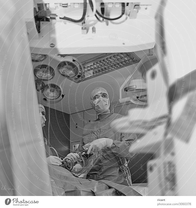 Laparoskopie Arzt Krankenhaus Gesundheitswesen Videokamera maskulin feminin Erwachsene 2 Mensch 30-45 Jahre Arbeitsbekleidung OP-Kleidung Team Schwarzweißfoto