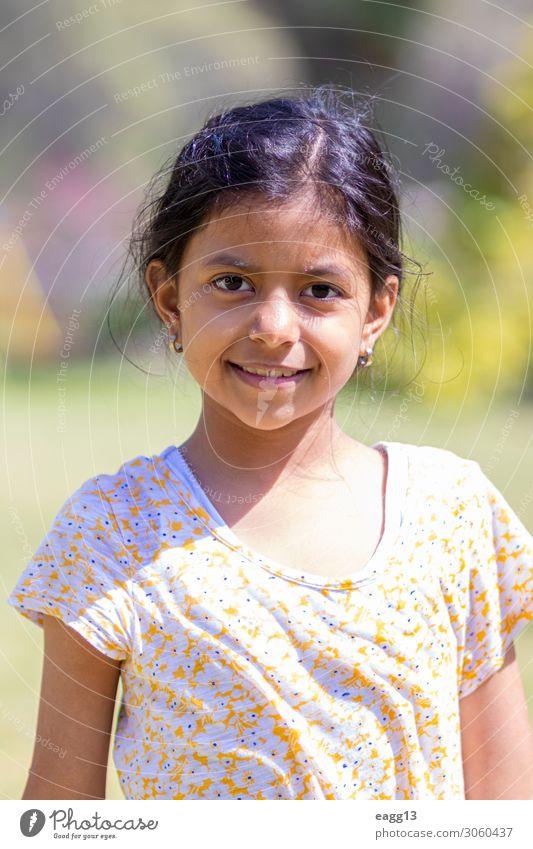 Süßes Latin-Mädchen mit gelbem Blumenhemd Lifestyle Stil Freude Glück schön Körper Haare & Frisuren Gesicht Freiheit Sommer Kind Kindheit Haut Auge 1 Mensch