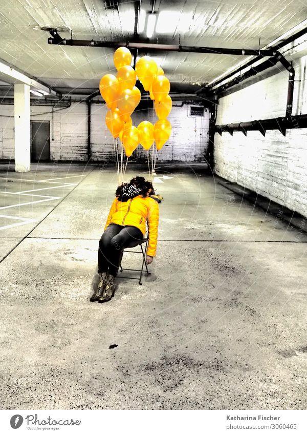 gelbe Ballons Frau Mensch weiß schwarz grau gold sitzen Schilder & Markierungen Luftballon Stuhl Erschöpfung Garage Parkhaus