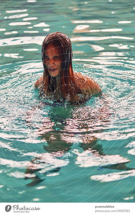 Junge Frau auf dem Weg zur Luft aus dem Wasser Lifestyle Freude Glück schön sportlich Wellness Leben Wohlgefühl Erholung Spa Schwimmbad Schwimmen & Baden