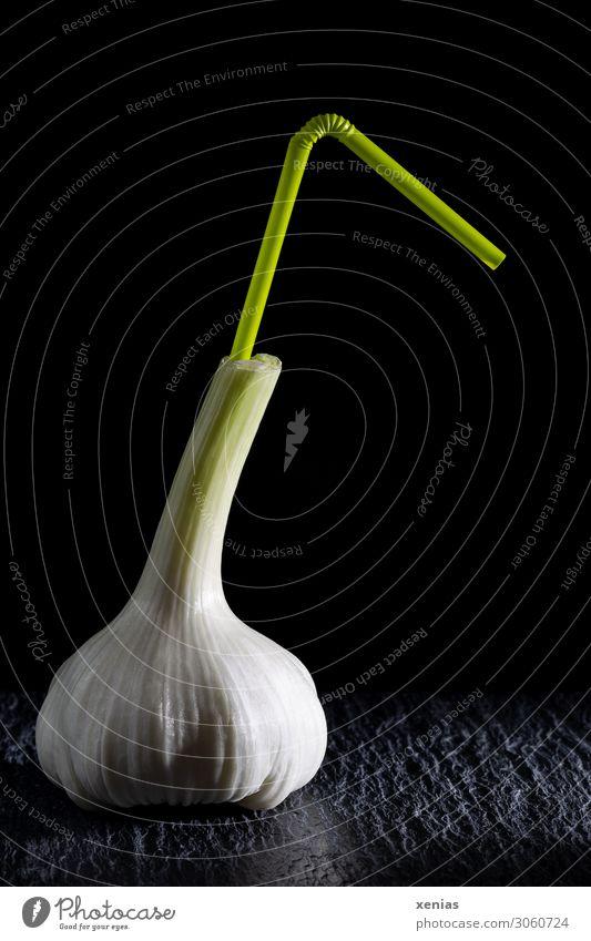 Prost - Knoblauch auf Schiefer mit grünem Trinkhalm vor schwarzem Hintergrund Knoblauchknolle Lebensmittel Kräuter & Gewürze Ernährung Bioprodukte Getränk Duft