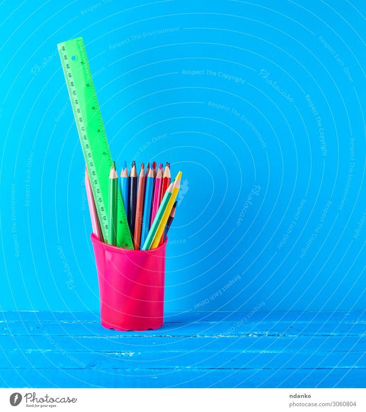 blaues Briefpapierglas mit mehrfarbigen Holzstiften Tisch Schule Klassenraum Studium Arbeitsplatz Büro Schreibstift zeichnen Farbe Idee Kreativität