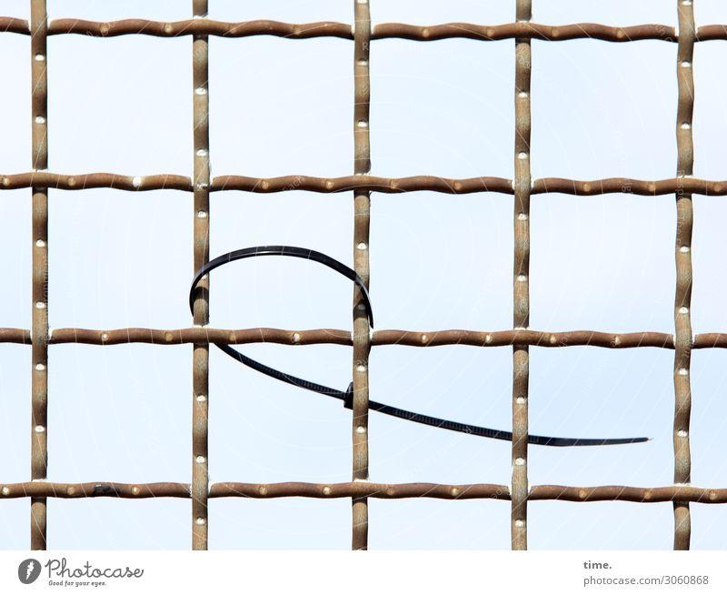 Geschichten vom Zaun (XX) Himmel Kabelbinder Metall Linie Netzwerk hängen fest Überraschung Einsamkeit Rätsel Irritation Zusammenhalt vergessen Farbfoto