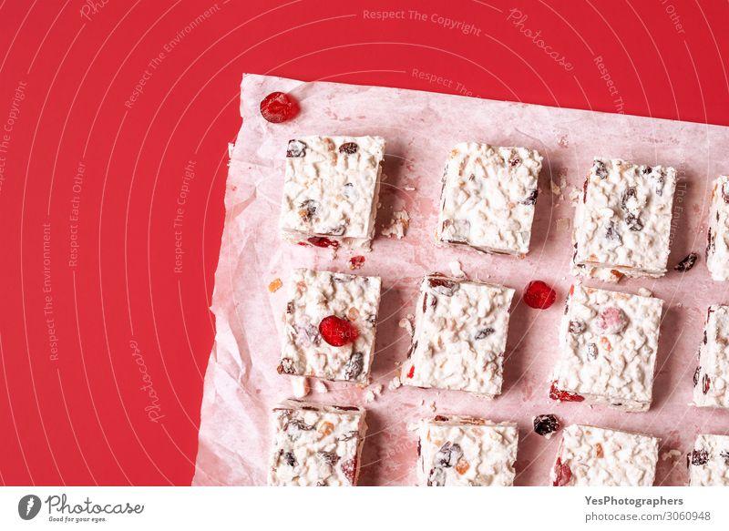 Weihnachtskuchen auf rotem Hintergrund. Dessert Süßwaren Glück Winter Silvester u. Neujahr weiß Tradition Australier Kandierte Früchte Weihnachts-Cookies