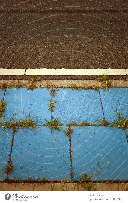 Blauer Gehweg Straße Verkehr Wege & Pfade Bürgersteig Fußweg Bodenplatten Schilder & Markierungen Farbe blau Menschenleer Textfreiraum Teilung abstrakt