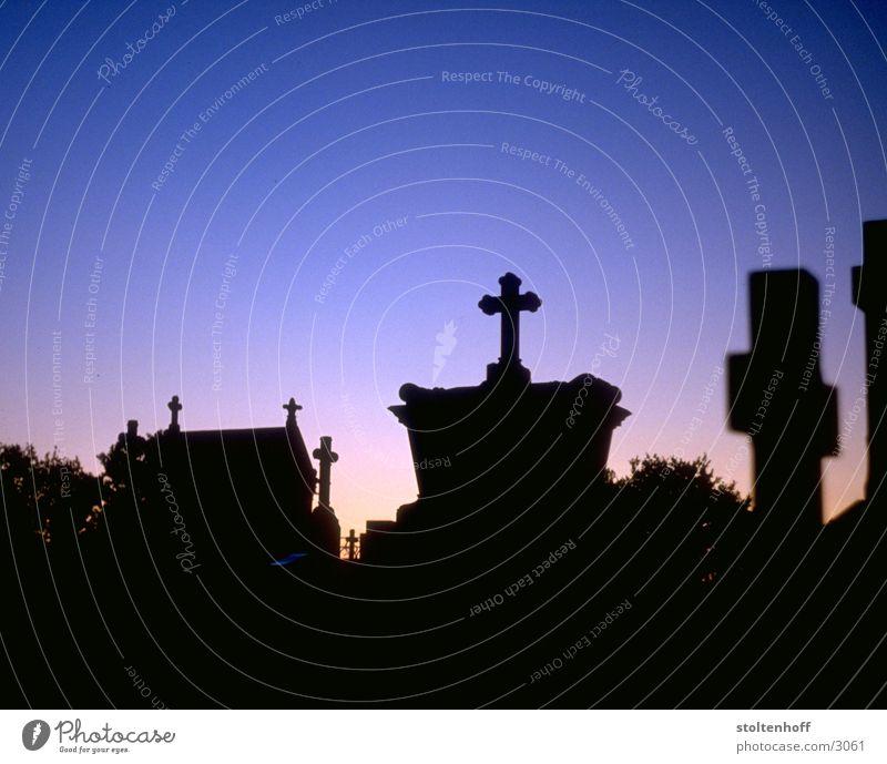 krieg in den städten Friedhof Frankreich Nacht Sonnenuntergang Grab dunkel Club Tod Rücken