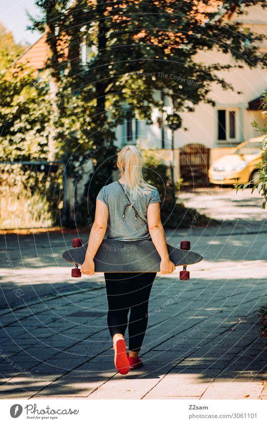 Skaterin in der City Lifestyle Stil Freizeit & Hobby Sommer Skateboard Longboard Junge Frau Jugendliche 18-30 Jahre Erwachsene Schönes Wetter Baum Sträucher