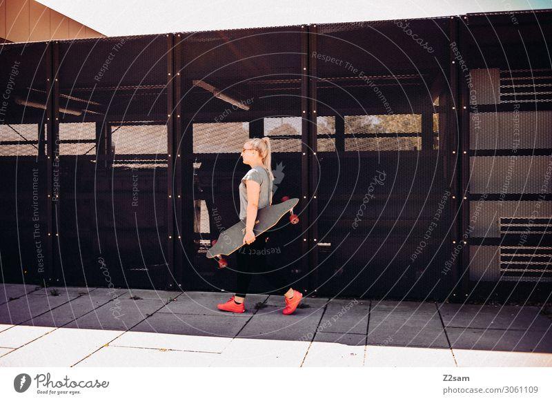 Citysurfer Lifestyle Freizeit & Hobby Sommer Skateboarding Junge Frau Jugendliche 18-30 Jahre Erwachsene Stadt Mode T-Shirt Jeanshose blond langhaarig