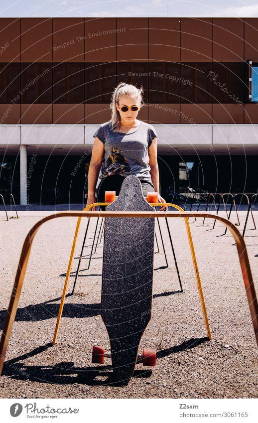 Skaterin Lifestyle Freizeit & Hobby Sommer Skateboarding Junge Frau Jugendliche 18-30 Jahre Erwachsene Stadt T-Shirt Sonnenbrille blond langhaarig stehen