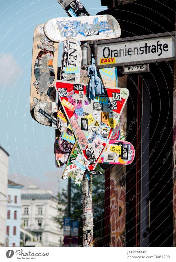 Kunst der Straße Städtereise Straßenkunst Himmel Kreuzberg Stadthaus Verkehrswege Verkehrszeichen Verkehrsschild Straßennamenschild Sammlung Etikett Metall