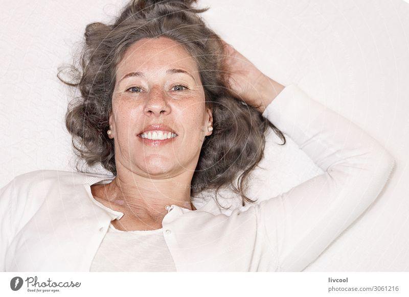 Frau Mensch schön weiß Hand Erholung ruhig Freude Gesicht Auge Lifestyle Erwachsene Leben feminin Gefühle lachen