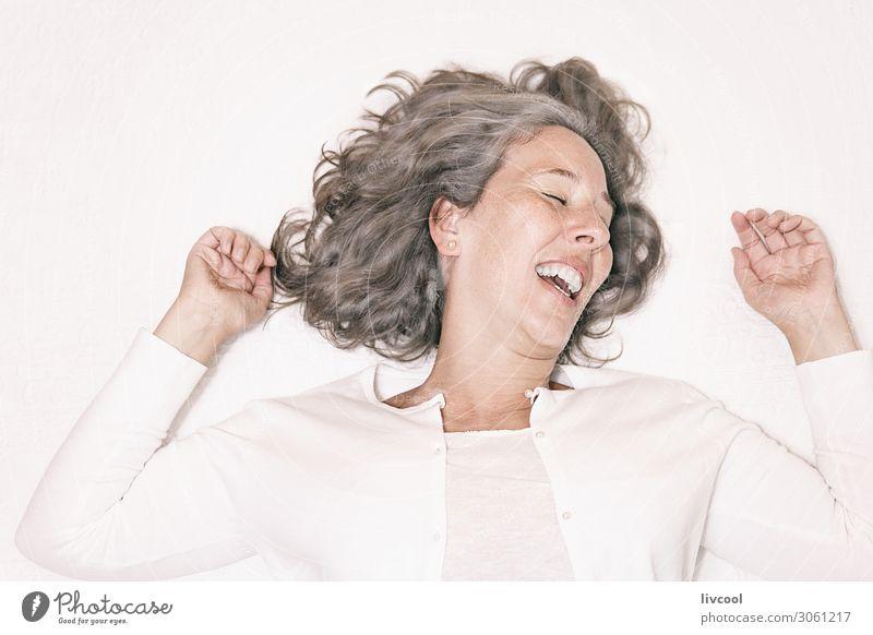 Frau Mensch schön weiß Hand Erholung Freude Gesicht Auge Lifestyle Erwachsene Leben feminin Gefühle lachen Glück
