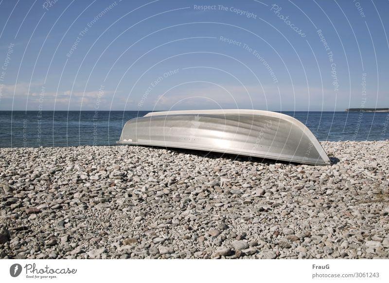 Aluminiumboot am Steinstrand Meer Ostsee Strand Küste Steine am Strand Kalksteine Boot Metall Sommer Himmel Wolken