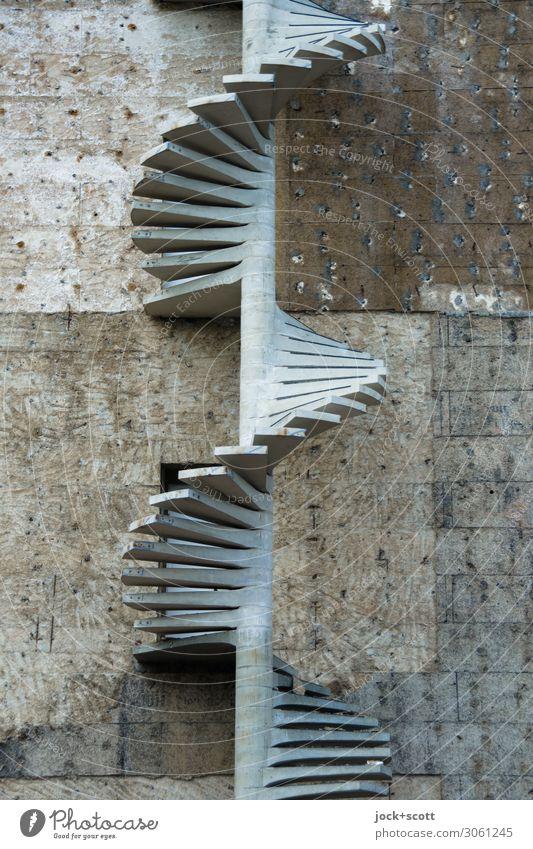 anschrauben durch Wendeltreppe Baustelle Gebäude Architektur Wand Brandmauer Beton Spirale authentisch lang viele Stufenordnung Fluchtweg grau-schwarz