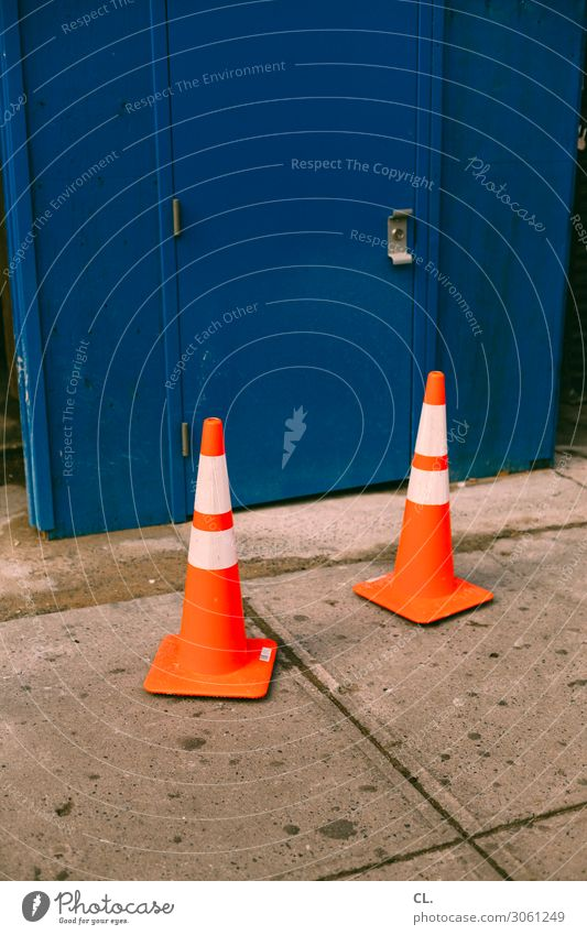 zwei hütchen Verkehr Verkehrswege Straße Wege & Pfade Verkehrszeichen Verkehrsschild Verkehrsleitkegel Container Schilder & Markierungen orange Ordnung Farbfoto