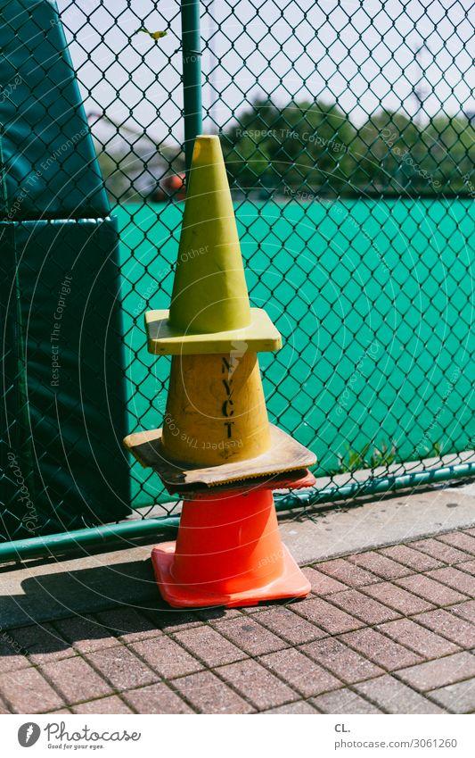 hütchenspiel Freizeit & Hobby Spielen Sportstätten Sportveranstaltung Wege & Pfade Verkehrsleitkegel Zaun Schriftzeichen Verkehrszeichen gelb orange Ordnung